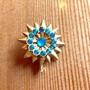 1940s starburst gold tone brooch with blue stones
